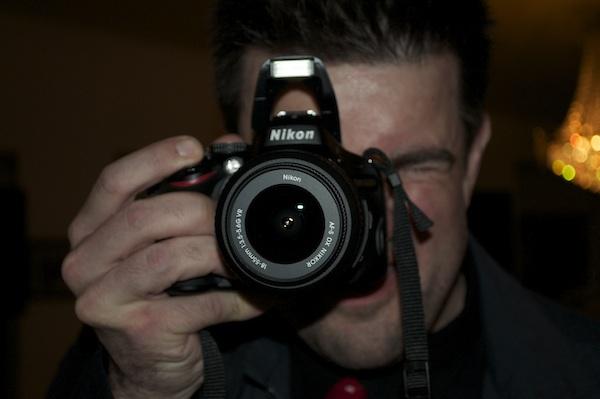 Henrik fotografer som underholdning til fest